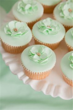 Cute wedding cupcakes