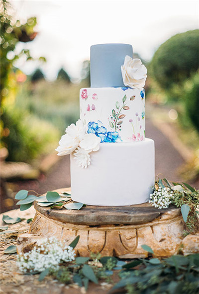 The Diffe Colors Of Blue And White On This Cake Are Perfectly Complicated By Fake Flowers Made Sugar Fl Designs Middle Tier Help