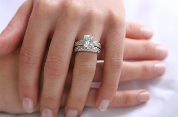 Do you wear your engagement ring on your wedding day for Where should you wear your wedding ring