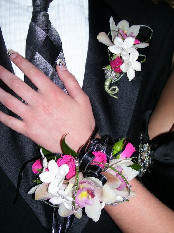 Wedding decoration costs and tips to cut down it everafterguide corsages and boutonnieres junglespirit