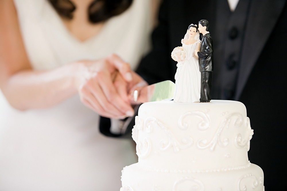 Bride Groom Cutting The Wedding Cake What Should You Know Everafterguide